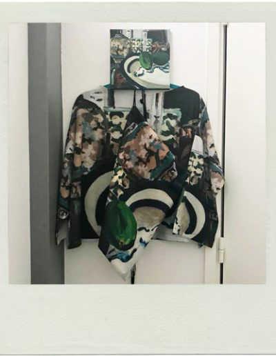 Blouse, sac à dos et acrylique 20x20 cm